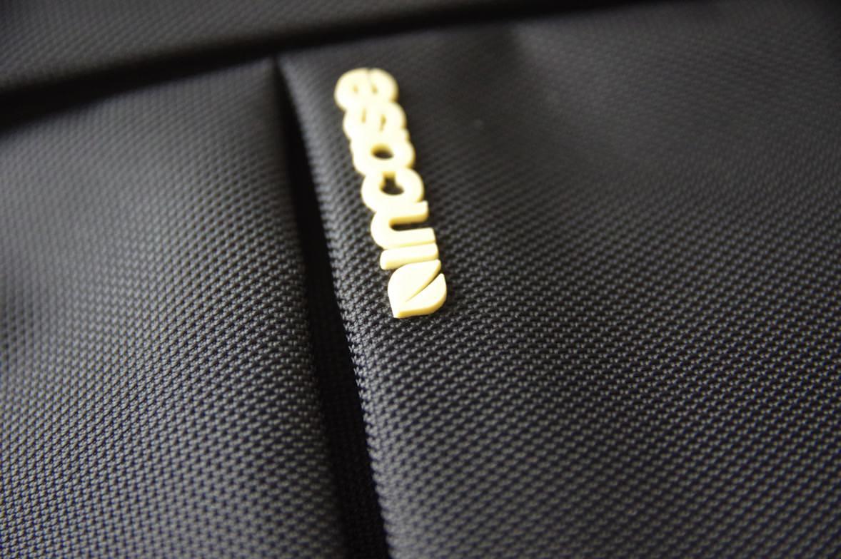 incase カメラ収納スリングバック 素材