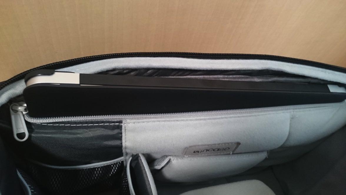 DSC 0096incase カメラ収納スリングバック Macbook AIr 入れ